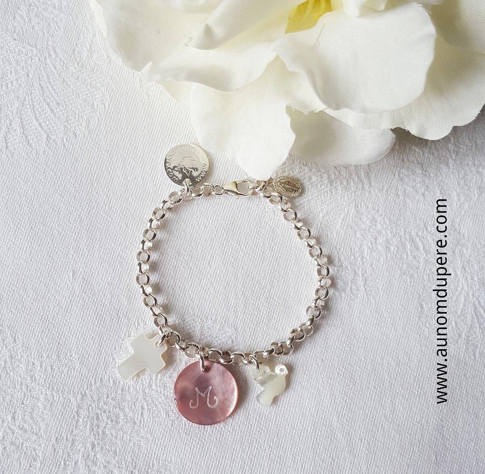 Bracelet sur chaîne avec une mini croix, une mini médaille en nacre et une mini colombe