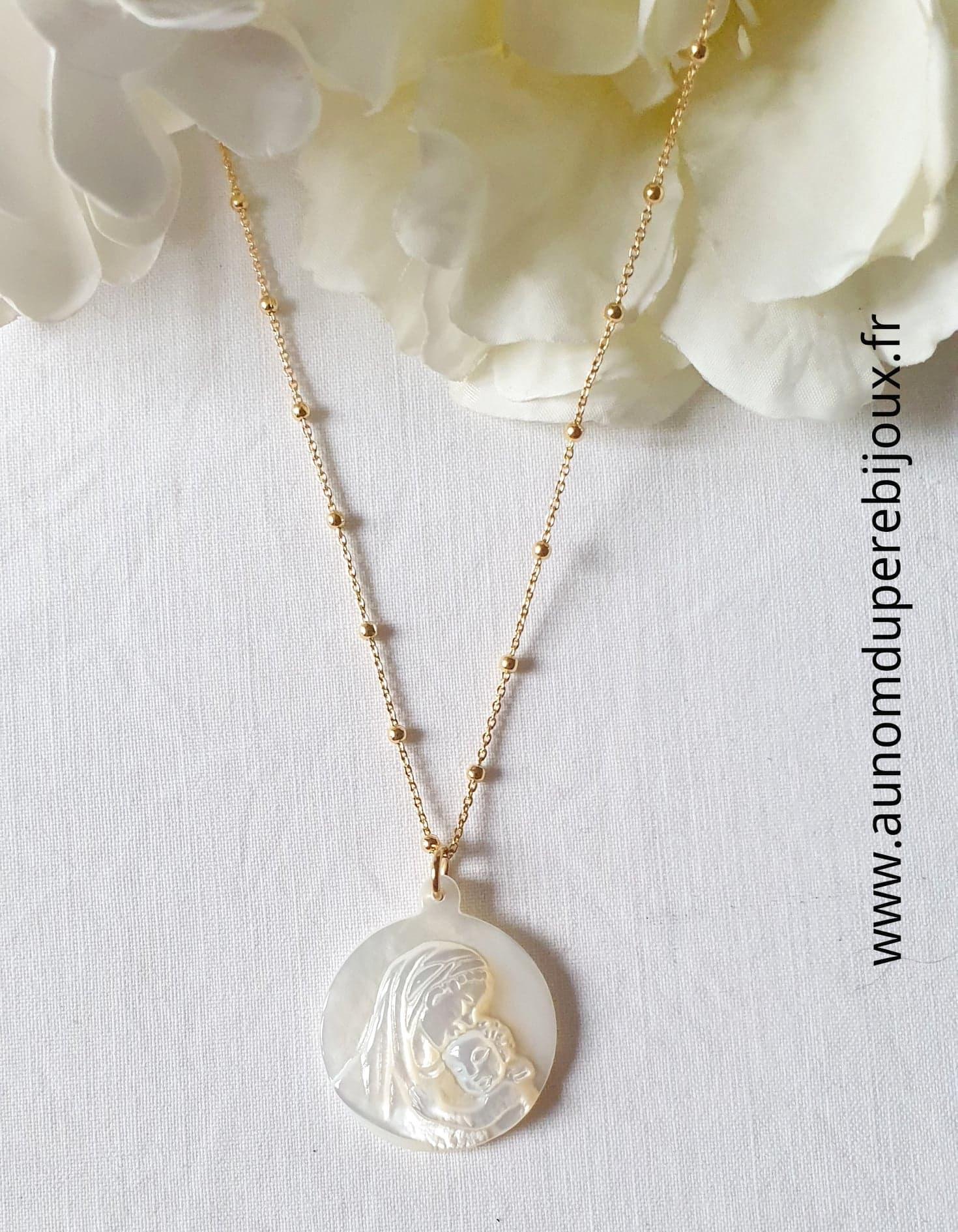 Collier médaille Vierge à l'Enfant en nacre sur chaîne perlée