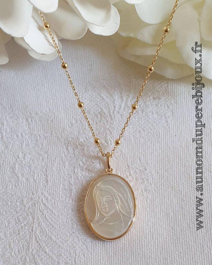 Collier médaille de Sainte Vierge en nacre sertie ovale