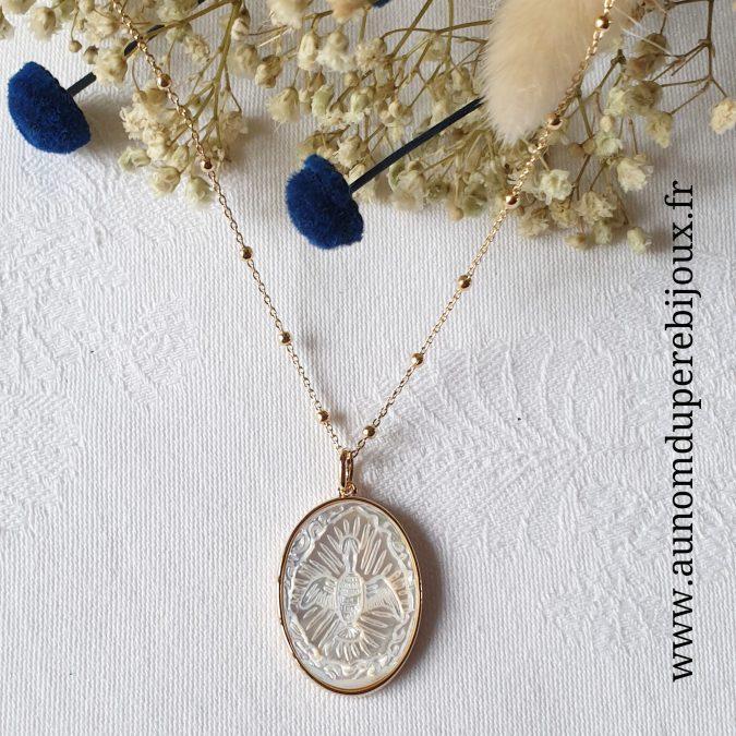 Collier médaille ovale Saint Esprit en nacre sertie